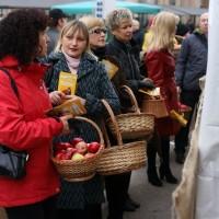 Mobilais lētāks par ābolu grozu